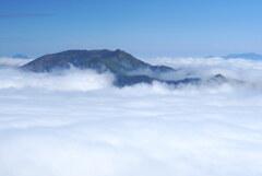 雲に浮かぶ朝日岳