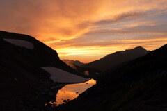 夕焼け映るリンドウ池