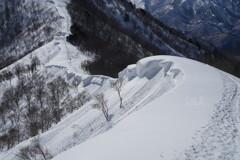 雪庇続く尾根