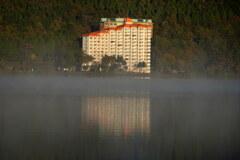 朝霧の湖畔ホテル
