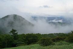 雲間に浮かぶ山々
