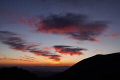 日の出前、雲染まる