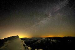 星煌めく谷川の空