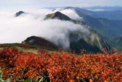 滝雲と紅の谷川岳