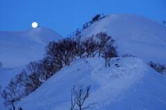 丸山に沈む月