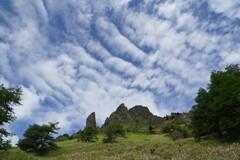 ウロコ雲と奇岩