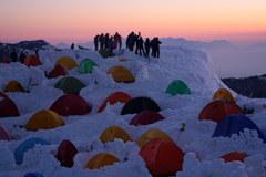 日の出を待つ 燕山荘テント場から
