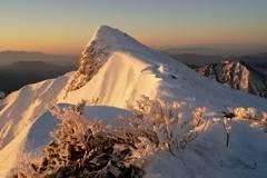残雪の谷川岳、朝陽に染まる
