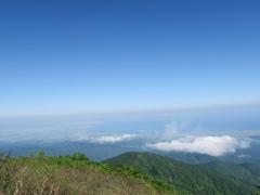 雲の上から見下ろす富山平野と富山湾