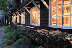 小屋から洩れる灯り