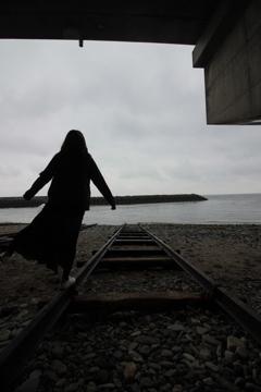 海に伸びる線路