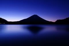 精進湖の夜明け ①