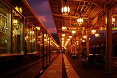 夕暮れ時の嵐山駅