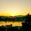 ラオス・フエサイからメコン川越しにタイ側に沈む夕日