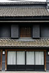 びっくり顔の蔵造りの建物