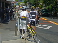 東京散歩(16) 六本木の街角で  信号待ち