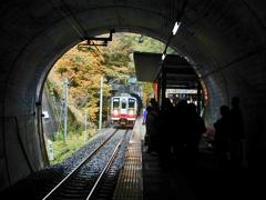 トンネルを抜け 又トンネル内の龍王峡駅へ