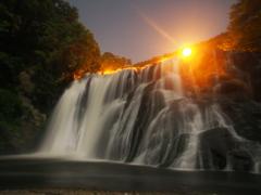 光に包まれる滝