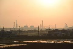 霞む工場と水田