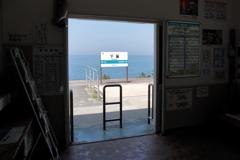 待合室の外は海