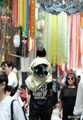【街の情景】・お父さんの特権・・阿佐ヶ谷 七夕祭りにて!