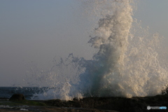 江ノ島 押し寄せる波