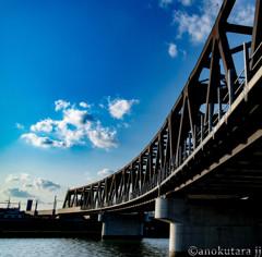 へそ曲がりな橋と青