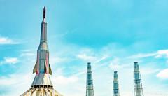 ロケットと塔と青