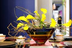 大きな花のある食卓