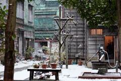路地裏に降る雪