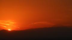 今まさに 山の彼方に日が沈む瞬間。
