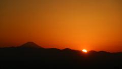 山の彼方に 日が沈む瞬間