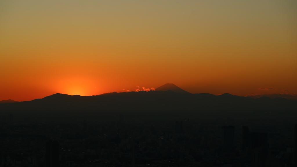 山の彼方に 日が沈んだ瞬間です。
