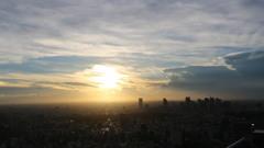夕陽に照らされる東京の街並み