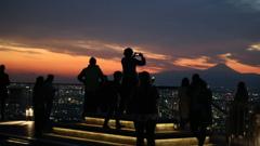 天空から富士山を見ている人たち