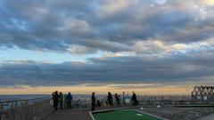 スカイデッキの向こうには東京湾と 羽田空港がこの日は雲が凄く良かった。