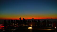 六本木ヒルズスカイデッキから夕日に魅入る人々。