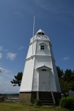 青空に映える白灯台