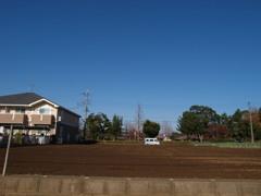 雲一つない空と草一本ない畑