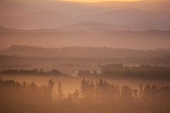 朝霧に包まれる美馬牛小学校