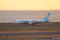 朝焼けの東京湾とベア・ドゥ @羽田空港第二ターミナル展望デッキ