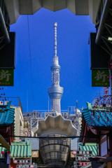 「新仲見世商店街の屋根の隙間 から見える東京スカイツリー」