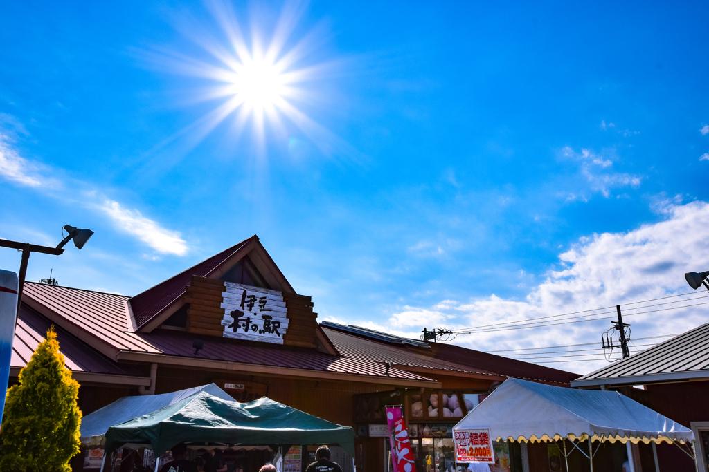 夏空の村の駅
