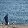 海を眺める漁師さん