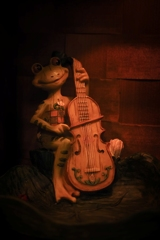 チェロを弾くカエル君