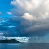 常夏の島と雨のカーテン