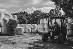 ロールベールと農機具