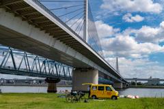 秋空ブリッジ黄色い車^^