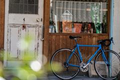 青い自転車のある風景