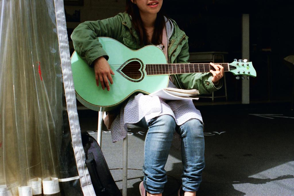 突然ギターのお姉さん
